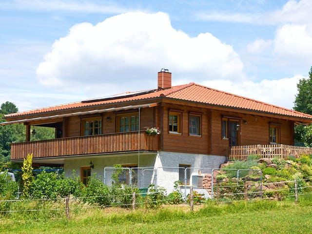 Flaches Tiroler Haus mit Walmdach