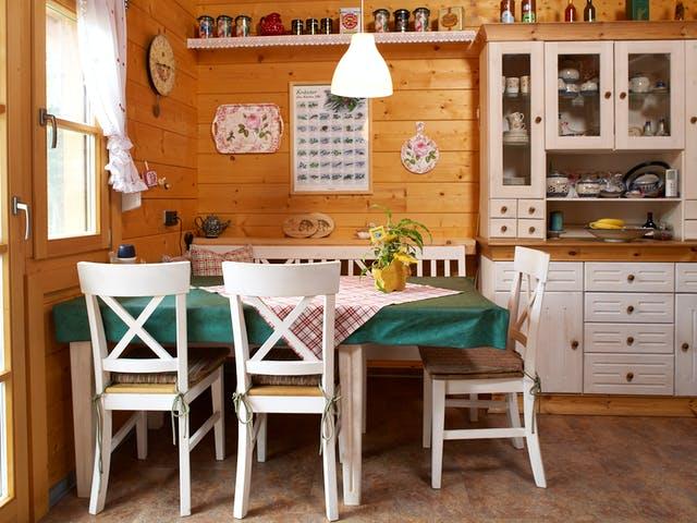 Küche mit altem Küchenschrank