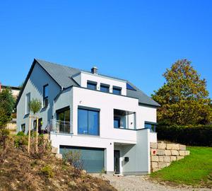 Ein Haus in Würfelform und toller Hanglage