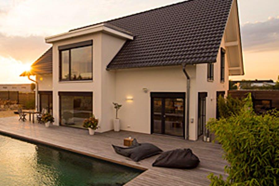 Relaxt wohnen – mit moderner Architektur und Beachclub inklusive
