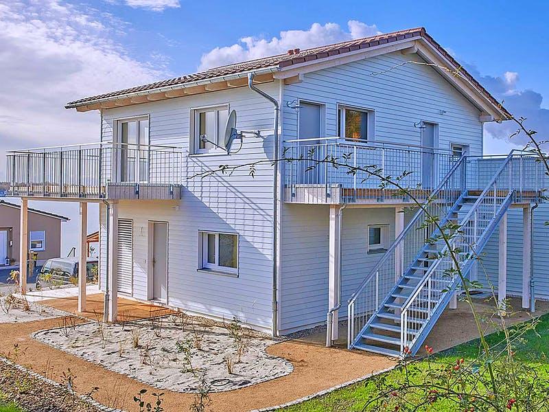 Blaues Haus mit Holzfassade von der Kunze Zimmerei