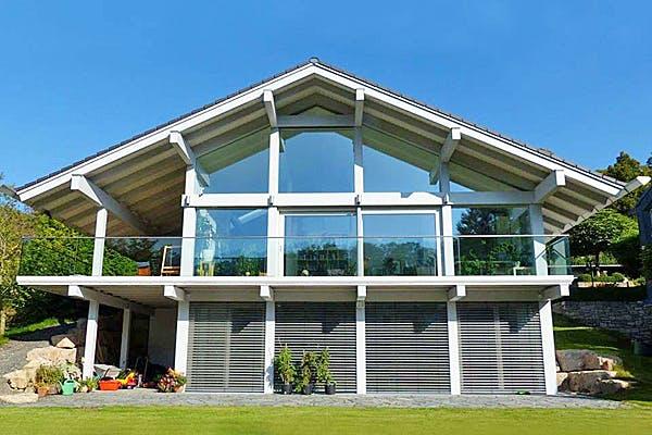 Satteldachhaus mit großen Fensterfronten von Kurth–Haus