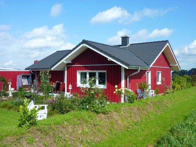 Ferienhaus aus Holz im skandinavischen Stil