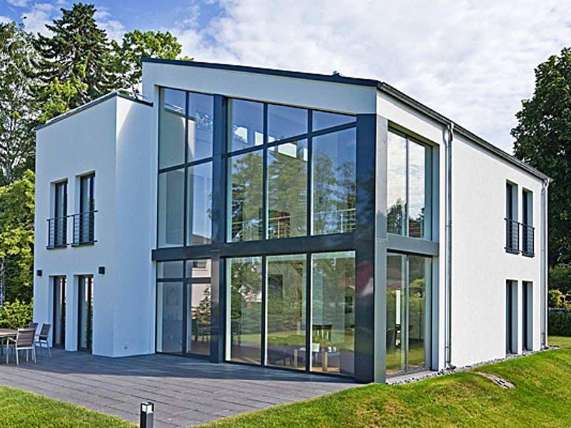 Massivhaus mit Fensterfronten von Mammen Bauunternehmen