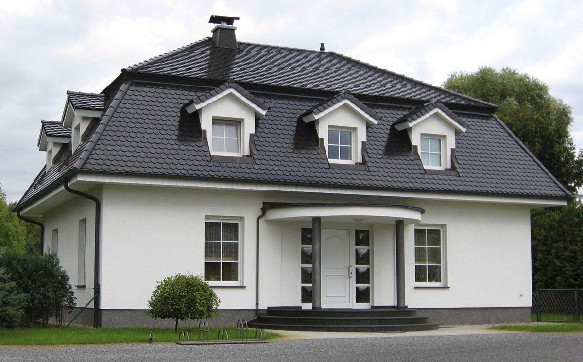 Weißes Haus mit einem Mansarddach, Außenansicht