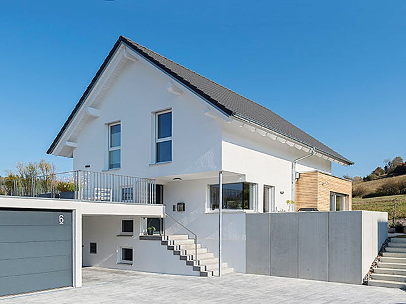 Weißes Satteldachhaus von Willi Mayer Holzbau