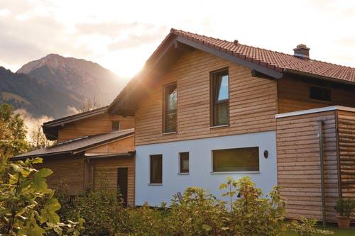 Holzhaus in den Bergen bei Sonnenaufgang