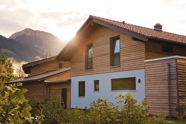 Alpenländisches Haus in Fertigbauweise mit Kombination aus Putz- und Holzfassade