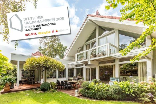 Weißes Satteldachhaus mit Terrasse von Meisterstück-HAUS