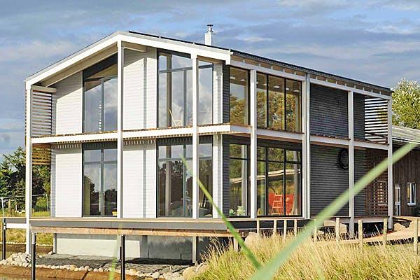 Modernes Haus mit vielen Fenstern von Meldorf Naturbau