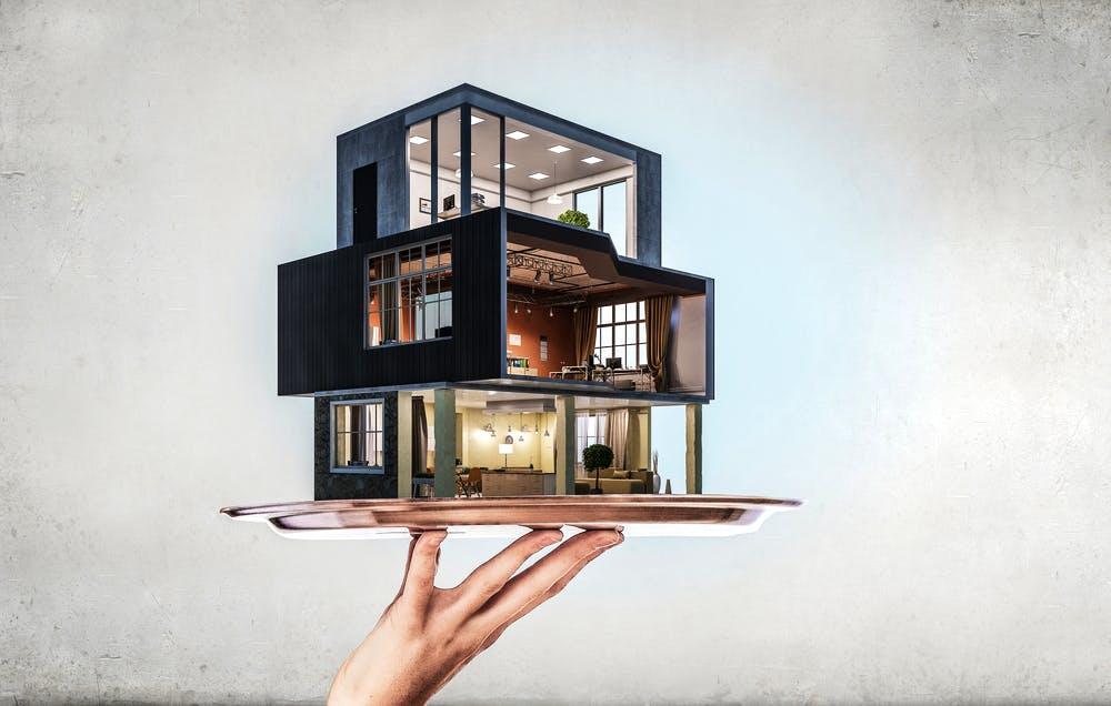 Modell eines Modulhauses auf einem Tablett