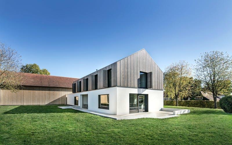 Modern gestaltetes Landhaus an alter Scheune mit Teilholzverkleidung