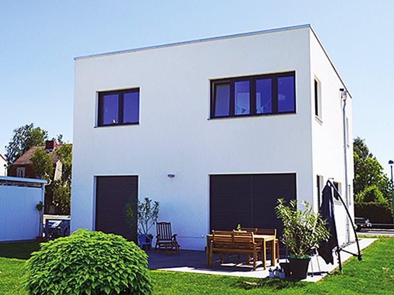 Weißes Kubushaus von NEWE-Massivhaus