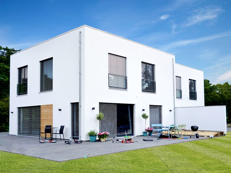 Weißes Kubushaus von Ökologischer Holzbau Sellstedt
