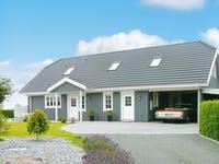 Holzhaus mit Garage und Garten