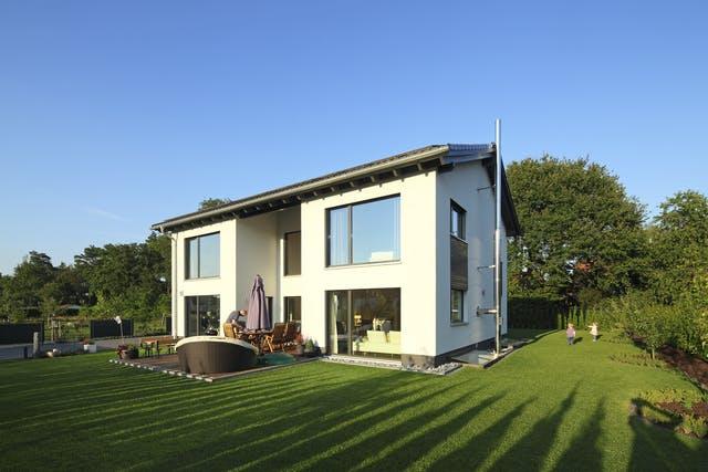 Passivhaus mit großen Fenstern