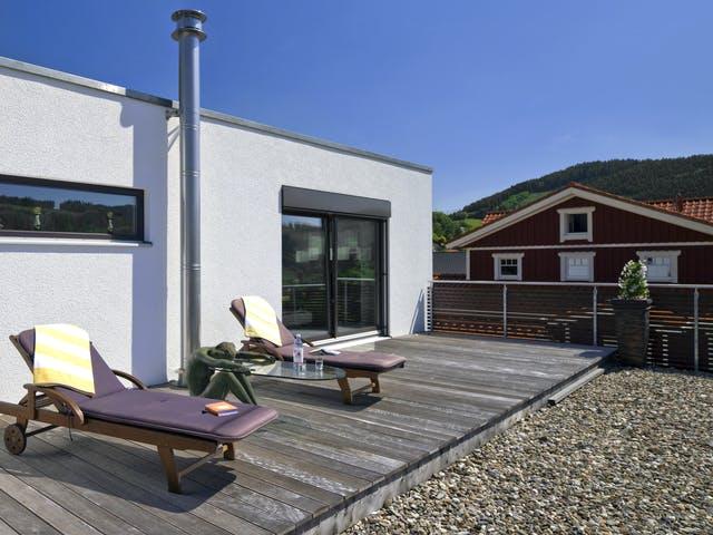 Dachterrasse mit Liegestühlen