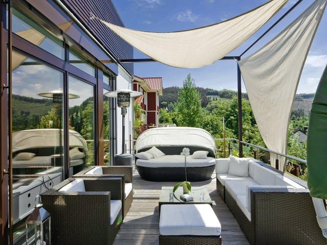 Dachterrasse mit Sonnensegel und Sitzmöbeln