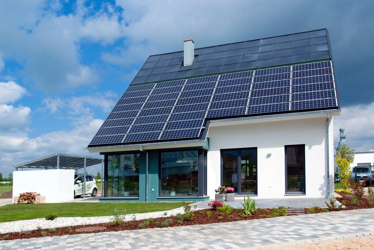 Haus mit Pultdach und Solaranlage, Außenansicht