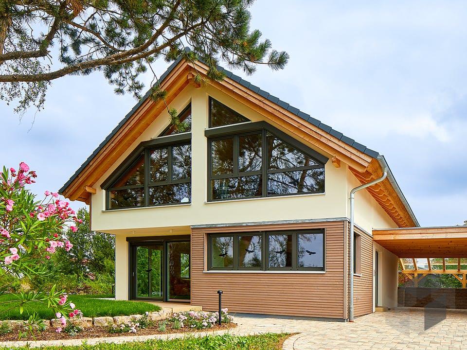 Schwalbenflug von Rems-Murr-Holzhaus Außenansicht