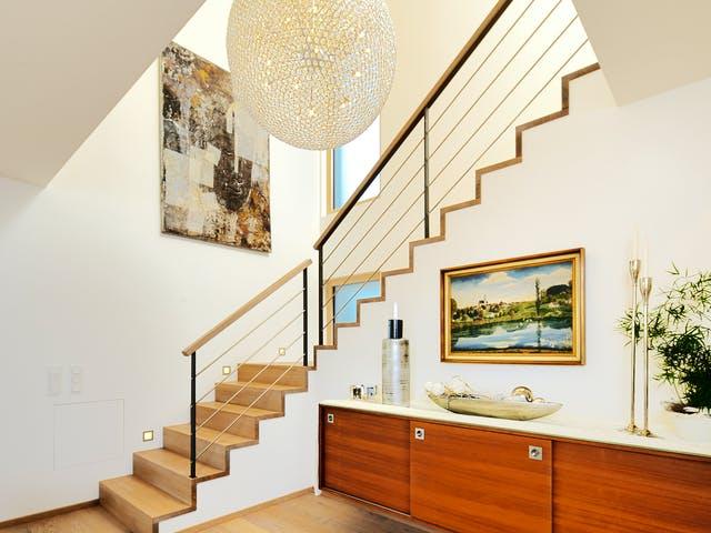 Großer Flur mit Treppe zur Galerie und Designerlampe