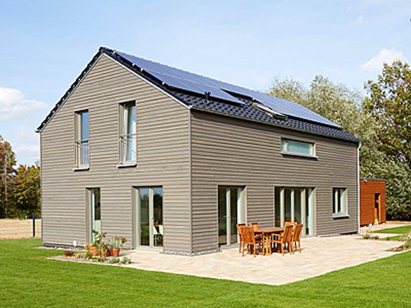 Schlichtes Holzhaus mit Satteldach von Roreger