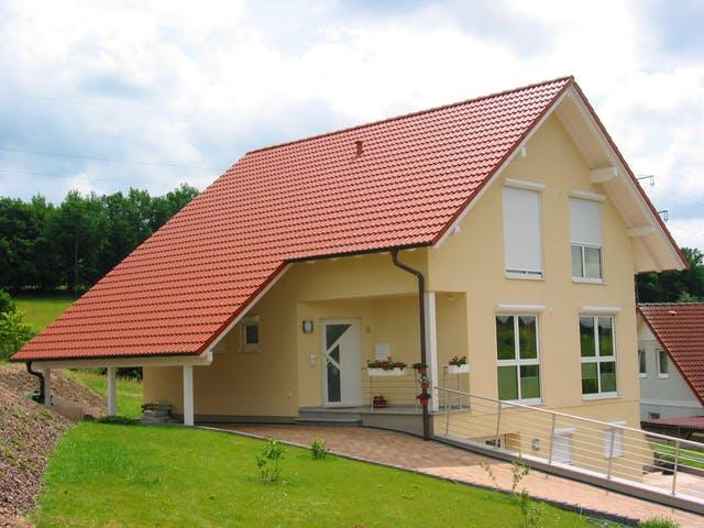 Gelbes Haus mit Schleppdach