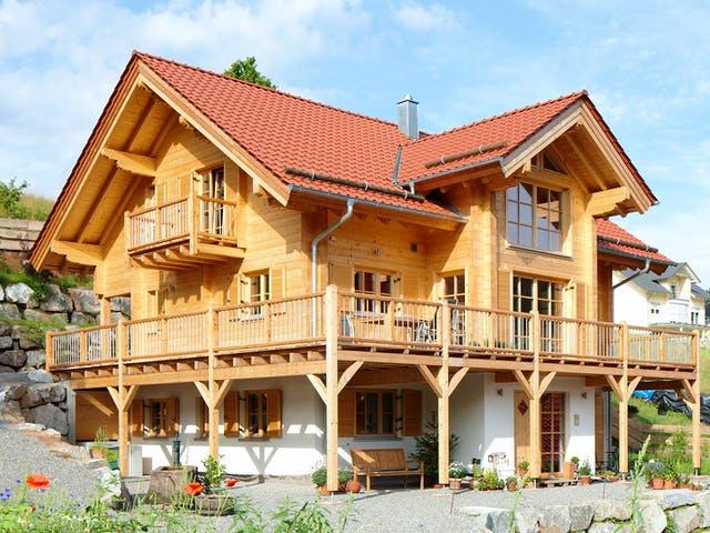 Dreigeschossiges Holzhaus im alpenländischen Baustil