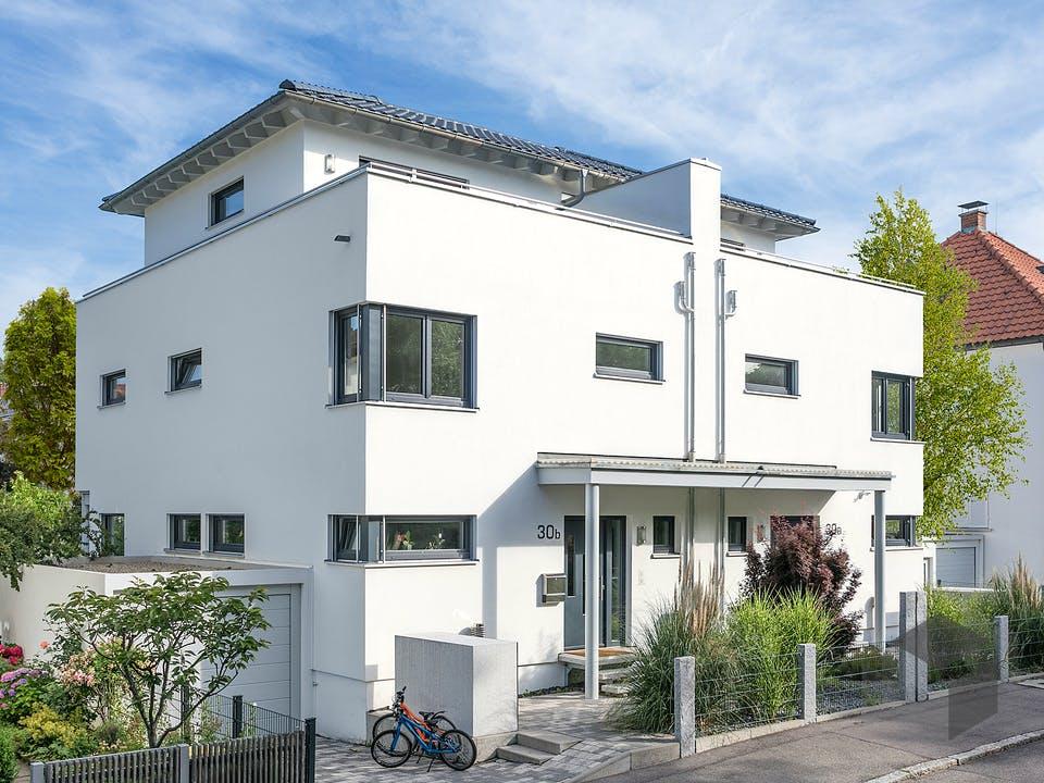 D 30-166.2 - Walmdach Doppelhaus von SchwörerHaus - Österreich Außenansicht
