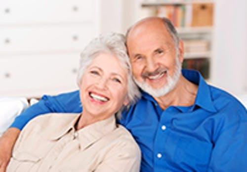 Ein lachendes Seniorenpaar