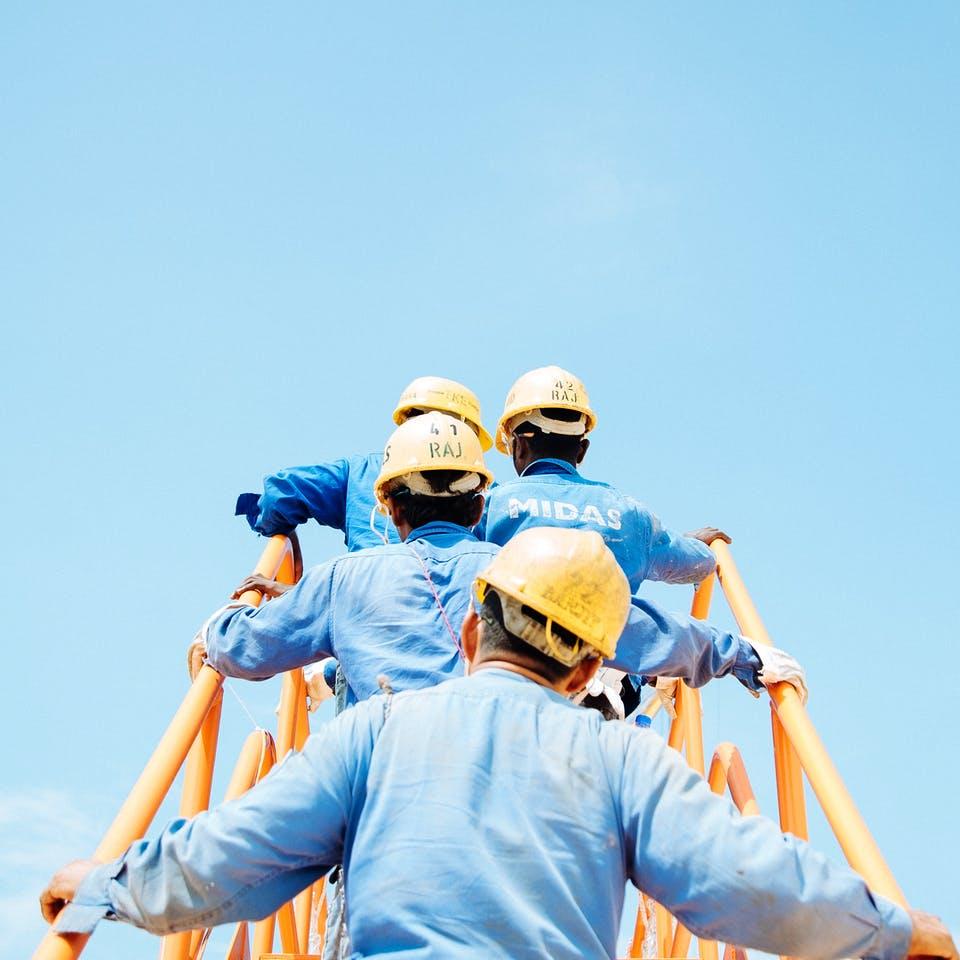 Bauarbeiter auf dem Dach