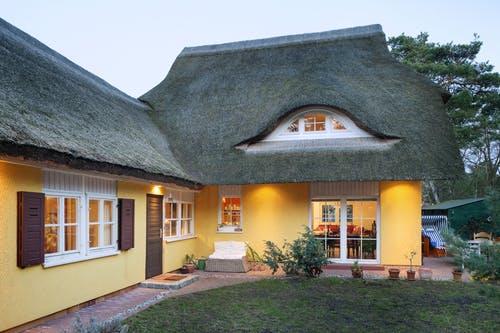 Skandinavisches Haus mit Reetdach
