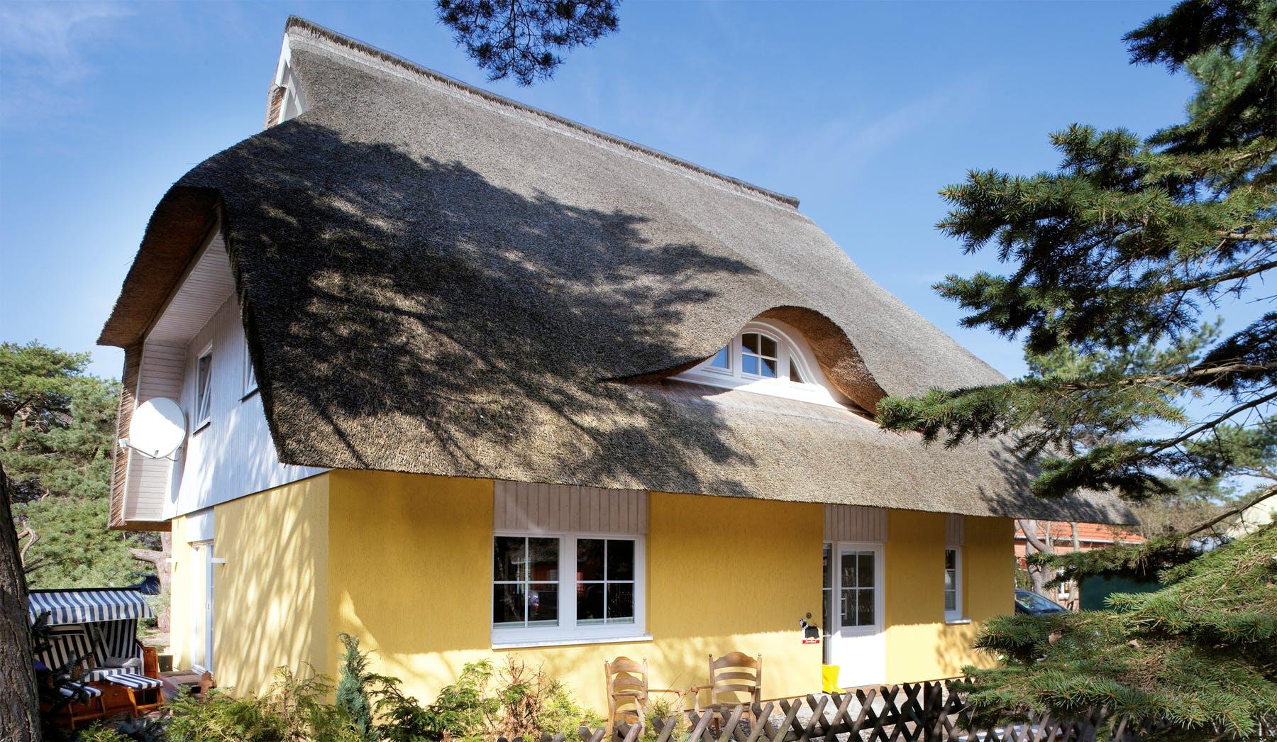 Fabulous Ein Haus mit Reetdach planen & bauen - Häuser & Infos | Fertighaus.de TQ64