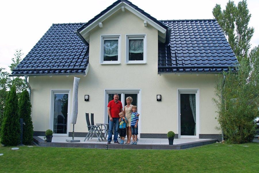 Familie Bader ist glücklich in Ihrem Town & Country Haus