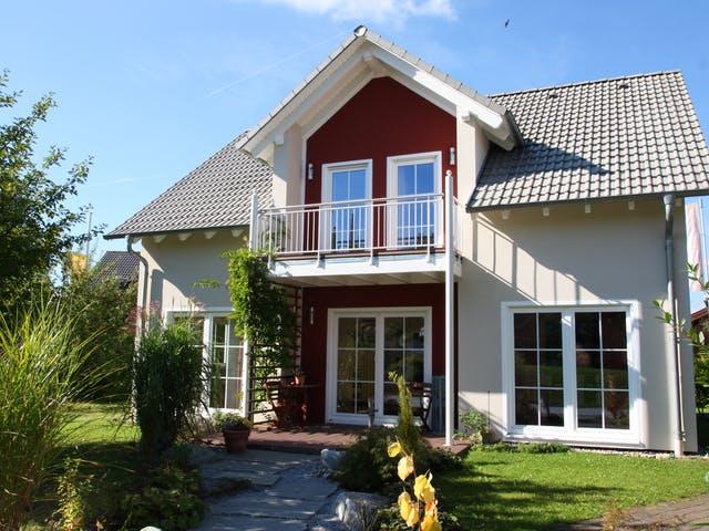 Zweifarbiges Haus mit Zwerchgiebeldach
