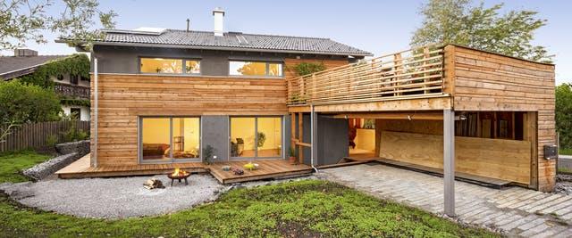 Holzhaus mit großer Dachterrasse und Gartenterrasse