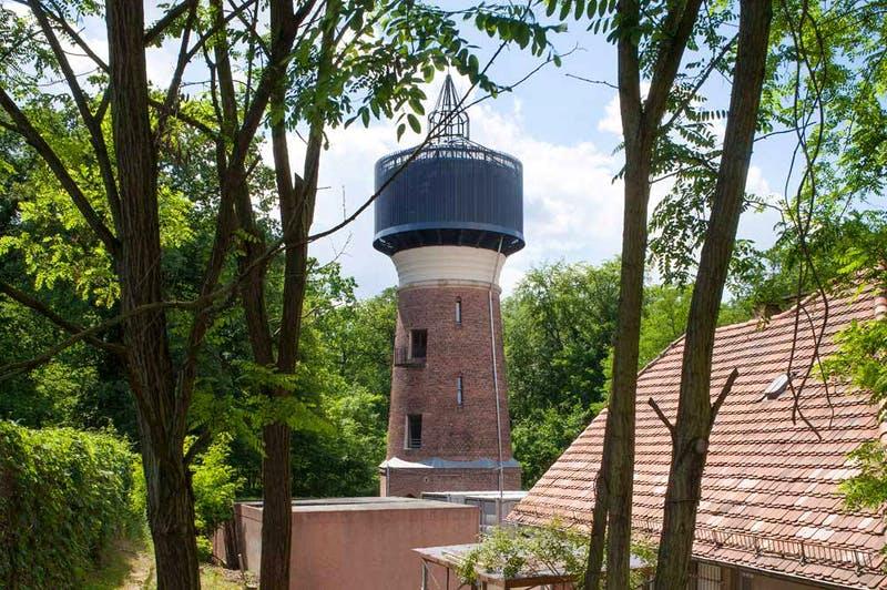 Als Wohnhaus umgebauter Wasserturm aus Backstein im Wald