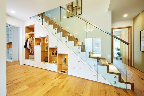 Gerade Treppe mit integriertem Schrank