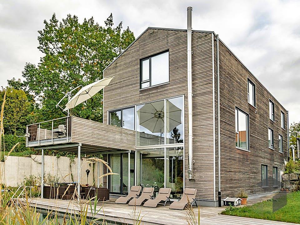 Satteldachhaus mit Holzfassade von Winterhoff Außenansicht