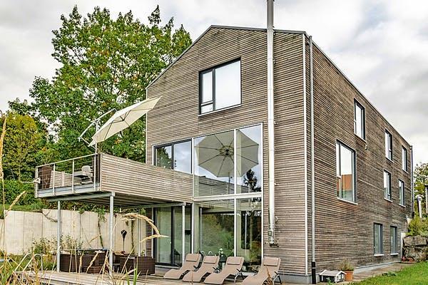 Modernes Holzhaus mit Terrasse von Winterhoff