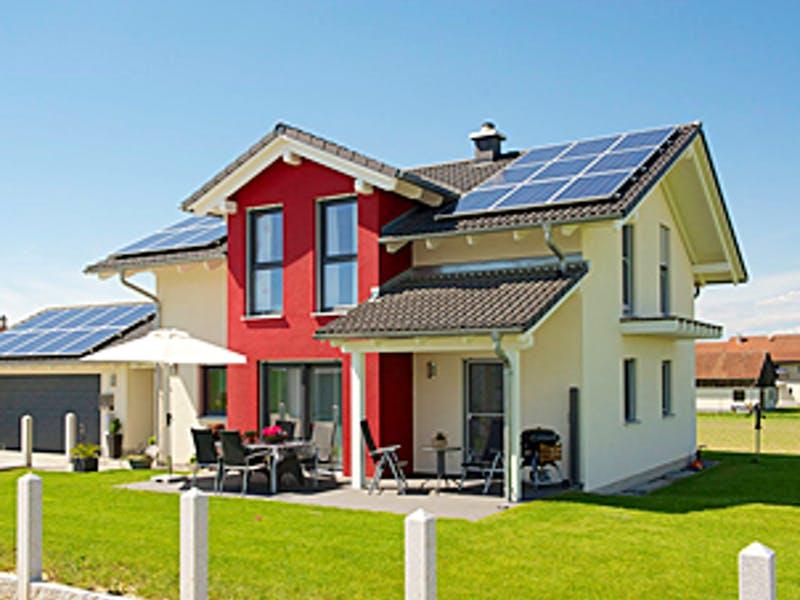 Weißes Satteldachhaus mit rotem Zwerchgiebel von Wolf System