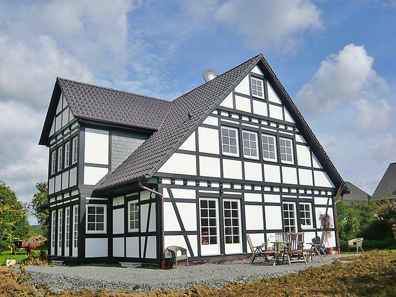 Weißes Fachwerkhaus von Wolkensteiner Fachwerk