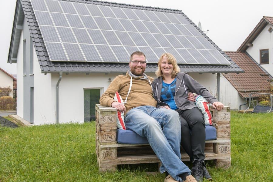 Das Bauherrenpaar Jennifer Kugler und Frank Faber sitzen vor Ihrem fertiggestellten Ytong Bausatzhaus