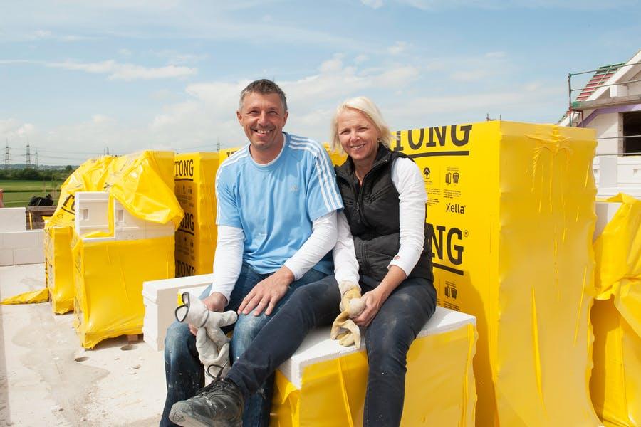 Das Bauherrenpaar Sabine und Gerd Steinkamp sitzt auf seiner Baustelle auf den Ytong Bausätzen