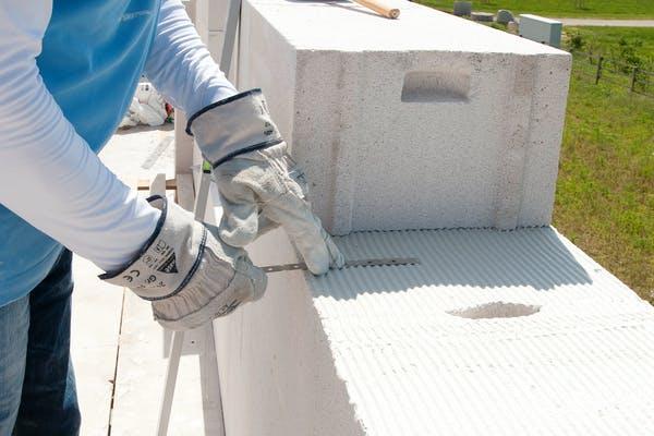 Ein Arbeiter setzt Ytong Teile aufeinander