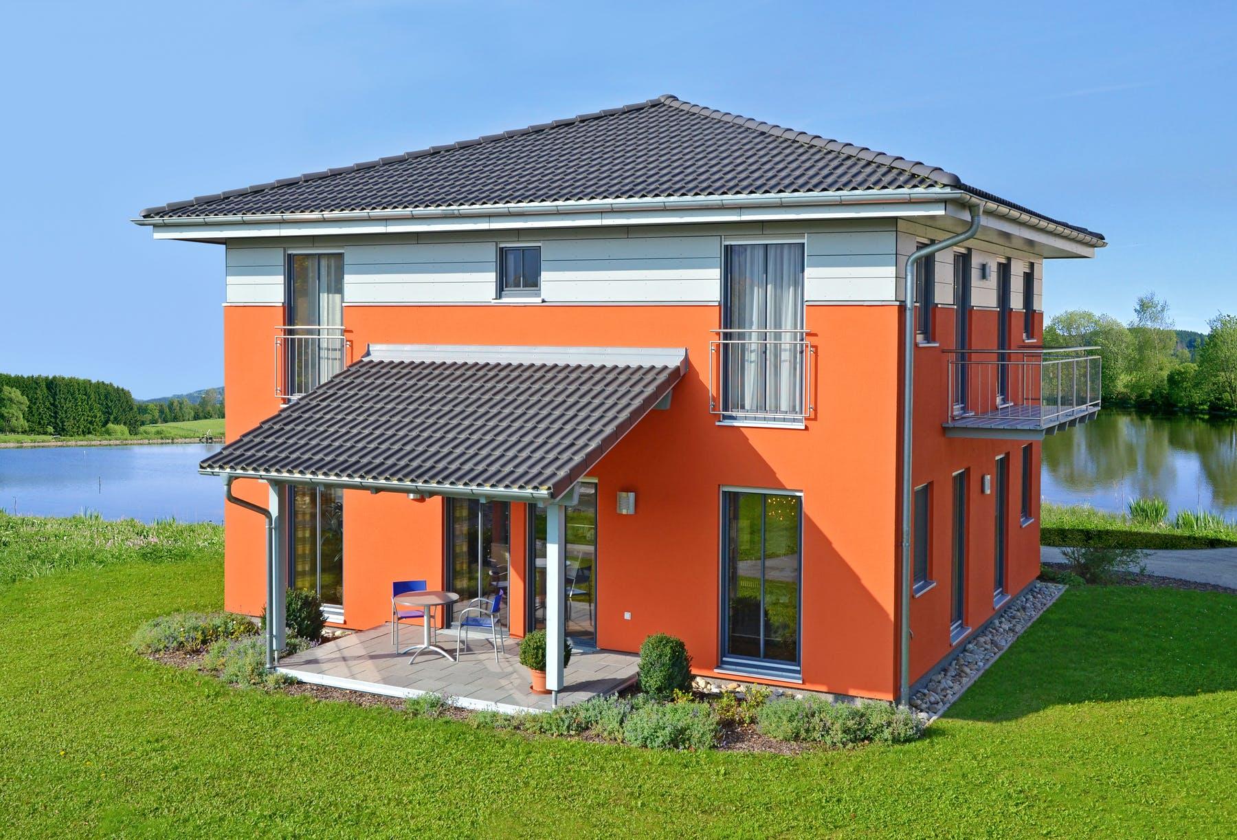 Oranges Haus mit grauem Zeltdach, Außenansicht