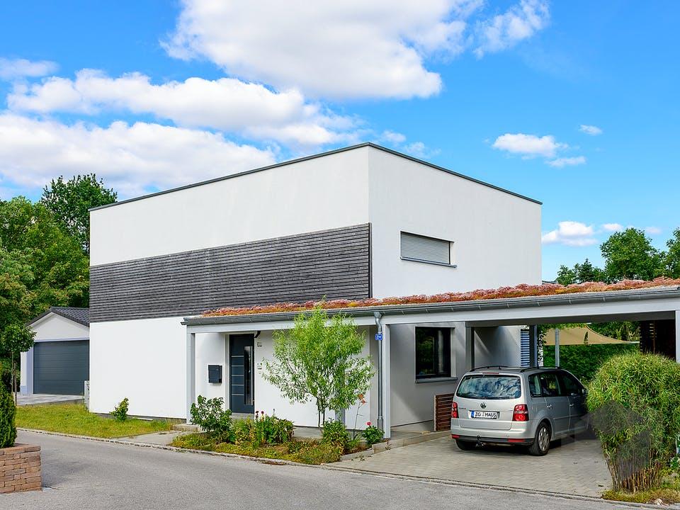 Einfamilienhaus Flachdach mit Carport & Geräteschuppen von Ziegler Haus Außenansicht