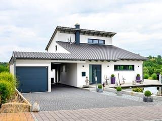 Einfamilienhaus mit Fertigteilgarage & Geräteschuppen von Ziegler Haus Außenansicht 1