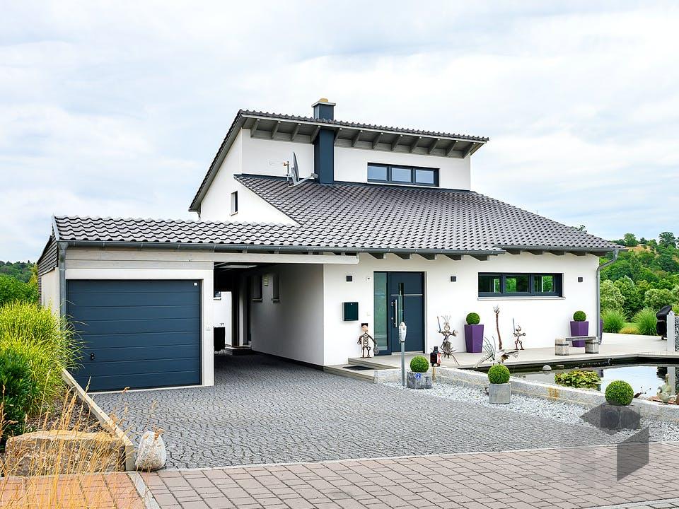 Einfamilienhaus mit Fertigteilgarage & Geräteschuppen von Ziegler Haus Außenansicht