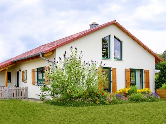 Einfamilienhaus als Bungalow mit Carport & Geräteschuppen von Ziegler Haus Außenansicht 1